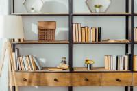 Retro knižnica z čierneho kovu a masívneho dreva