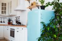 Biela kuchynská linka s belasou retro chladničkou