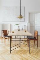 Moderný jedálenský stôl s retro stoličkami