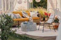 Ratanová záhradná sedačka na terase rodinného domu