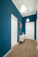 Predsieň s výraznými modrými stenami a bielym zariadením