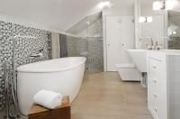 Veľká biela podkrovná kúpeľňa