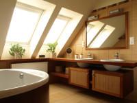 Podkrovná kúpeľňa v prírodných farbách