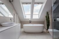 Minimalistická biela kúpeľňa v podkroví