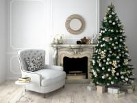 Biele kreslo a vianočný stromček v bielej viktoriánskej obývačke