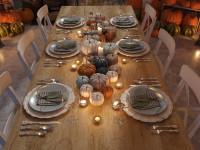 Dlhý jedálenský stôl a biele stoličky s jesennými dekoráciami