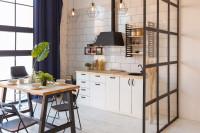 Kuchynská linka a jedálenský stôl v škandinávskom štýle