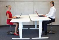 Biely výškovo nastaviteľný stôl do kancelárie či pracovne