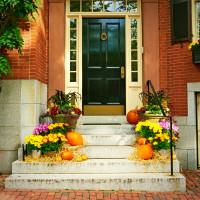 Jesenná dekorácia lemujúca schody pred vchodovými dverami