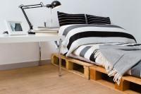 Paletová posteľ v štýlovej čierno-bielej kombinácii