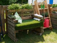 Paletové sedenie s rastlinnými dekoráciami