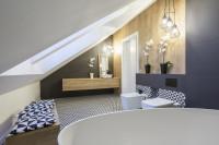 Čiernobiela podkrovná kúpeľňa s drevenou stenou