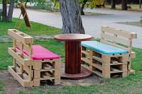 Paletový záhradný nábytok s pestrými podsedákmi
