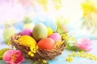 Farebné veľkonočné vajíčka v prútenom košíku