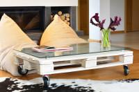 Paletový stolík na kolieskach v modernej obývačke