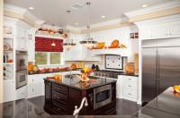 Rustikálna kuchyňa s ostrovčekom s jesennými dekoráciami