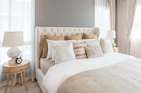 Čalúnená manželská posteľ s dekoračnými vankúšmi