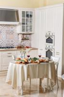 Jedálenský stôl v bielej provensálskej kuchyni