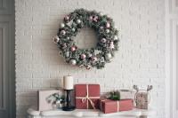 Vianočný veniec v pastelových farbách na bielej tehlovej stene