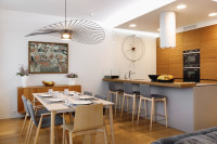 Jedálenský stôl a kuchynská linka s barovými stoličkami