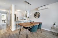 Drevený stôl a čalúnené stoličky v modernej kuchyni