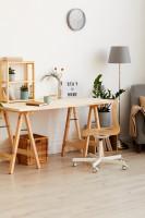 Písací stôl a doplnky vo farbe svetlého dreva