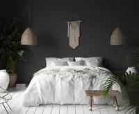 Čiernobiela spálňa s ratanovými doplnkami v bohémskom štýle