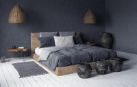 Veľká manželská posteľ v bohémskej spálni s prírodnými doplnkami