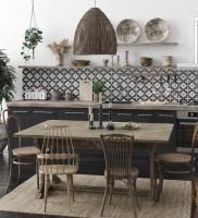 Drevený jedálenský stôl v orientálne ladenej kuchyni