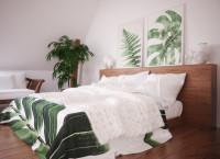Drevená posteľ s rastlinnými dekoráciami