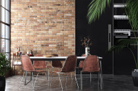 Jedálenský stôl a kovové stoličky v industriálnom štýle
