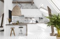 Biela kuchyňa s prírodnými doplnkami v podkrovnom priestore