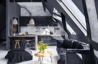 Čierna kuchynská linka v podkrovnej kuchyni s obývačkou