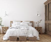 Drevená manželská posteľ v škandinávskej spálni