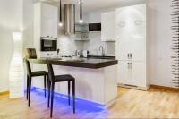Čierne barové stoličky v modernej bielej kuchyni