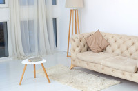 Klasická béžová pohovka vo svetlej obývačke