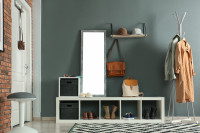 Svetlý nábytok v kontraste so sivou stenou v škandinávskej predsieni