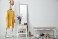 Vysoké zrkadlo v elegantnej bielej predsieni