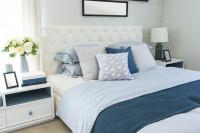 Čalúnená manželská posteľ v modro-bielej kombinácii