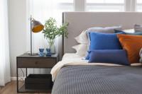 Kovová stolová lampa a nočný stolík v modernej spálni