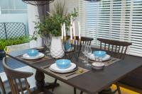 Hnedý jedálenský stôl a stoličky s modrými doplnkami