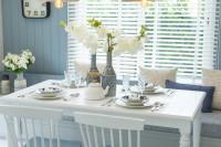 Biely jedálenský stôl v provensálskom štýle