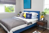 Modrá manželská posteľ s námorníckymi dekoráciami