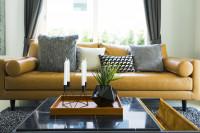 Žltá pohovka v čierno-bielej modernej obývačke