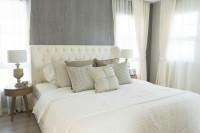 Čalúnená posteľ s dekoračnými vankúšmi