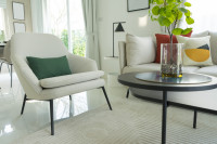 Biele kreslo v modernej svetlej obývačke