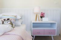 Nočný stolík v dievčenskej detskej izbe