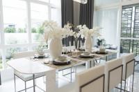 Dlhý stôl a kvetinová výzdoba v modernej bielej jedálni