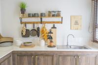 Rustikálna kuchynská linka s prírodnými doplnkami