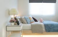 Biely nočný stolík a lampa v modernej detskej izbe